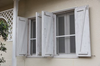 「アルミサッシが好きじゃなかったので、外して木製の窓枠にしました。雨戸も観音開きの木製のものにしました」