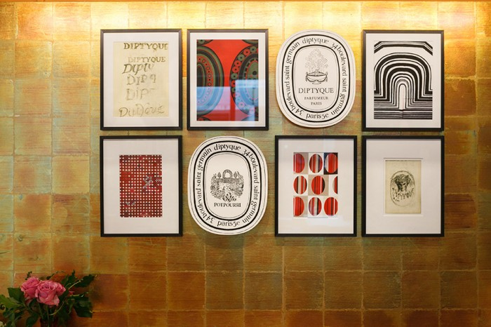 ブランドの歴史やルーツを物語るイラストや図案が額装されている。
