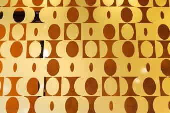 1961年に発表されたパラディン柄の真鍮の壁面装飾。