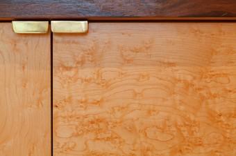 木目の美しいメイプルの収納扉。