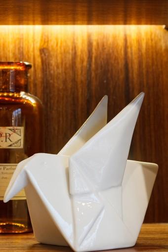 陶器製のモダンな折り鶴。