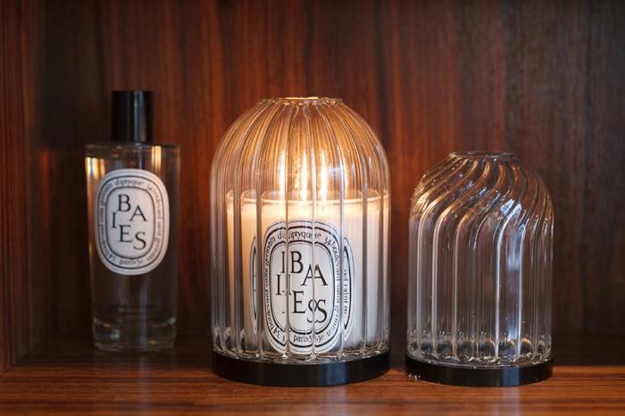キャンドルホルダー 190g用 ¥12,600 70g用 ¥9,450 フランスのガラス職人によるハンドメイドのガラス製キャンドルホルダー。うね織りやらせん形にデザインされたガラスがキャンドルの炎を一層引き立てる。