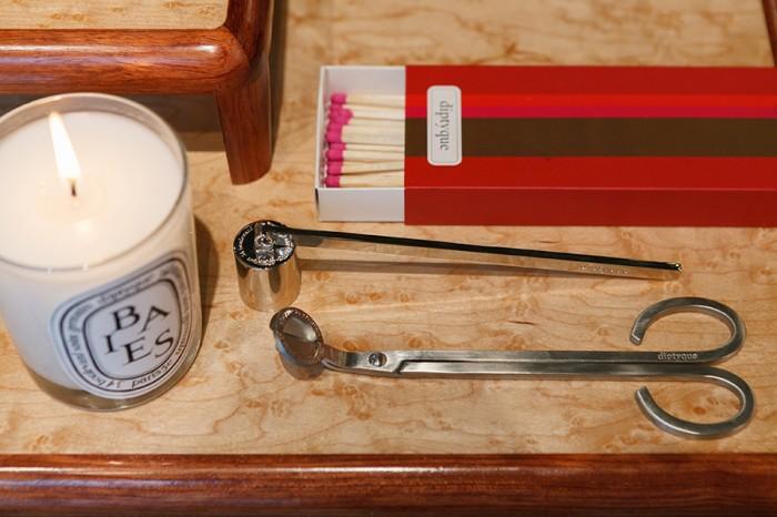マッチ 非売品  スナッファー ¥4,515 ウィックトリマー ¥4,515 ピンクの頭薬がかわいいロングマッチ。黒い煙を立てないようにキャンドルの火を消すスナッファーと、キャンドルの芯を切る専用のはさみ。美しい用具を用いて、上質な香りの暮らしを楽しみたい。