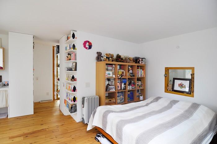 """この何倍もあるコレクションから選び抜かれた""""一軍""""のみが置かれているため、寝室はこの通りすっきり。"""