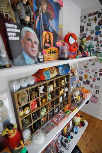 小物たちをきれいに並べられた棚。松本夫妻の愛着の深さがうかがわれる。