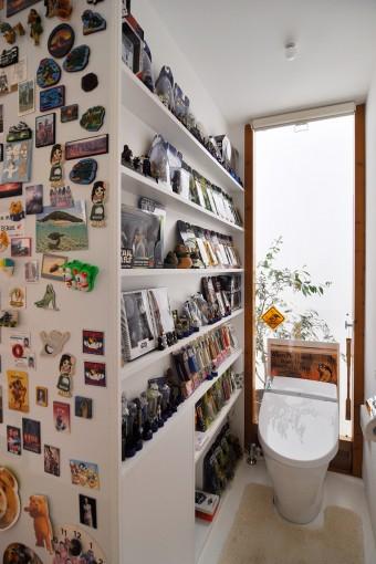 トイレの壁にも棚をつくってお気に入りのフィギュアをこの通りギッシリ。