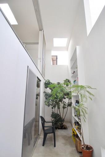 お風呂の前から棚の置かれた空間を見る。