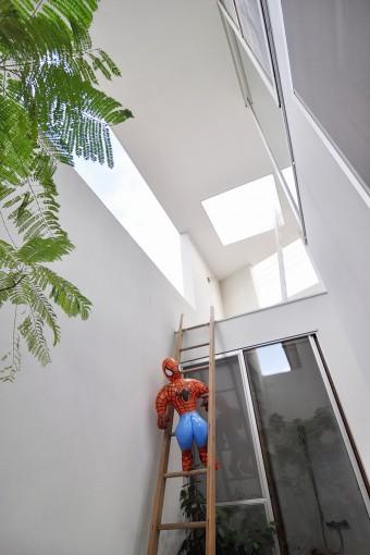 お風呂の壁にかけられた梯子にスパイダーマン。お風呂は外部にあるため、雨が降れば、出入り時に濡れることも。