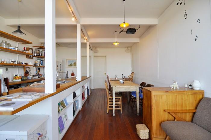 玄関入ってすぐのリビング。感じのいいカフェのような空気感が漂う。