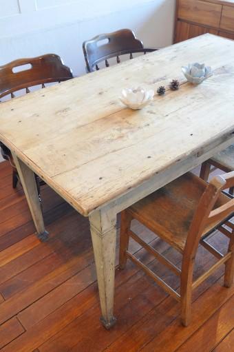 こちらのテーブルは、イギリスの家庭で使われていたもので100年くらい前のものという。