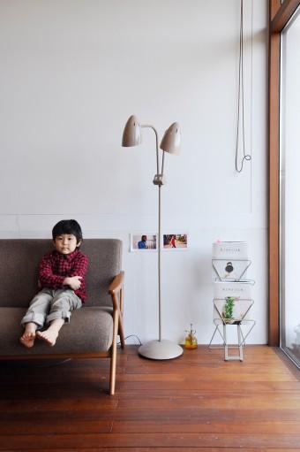 美和さんは、晴都(はると)くんが座っているこのソファで「夜、好きな本を読んで静かな時間を過ごす」のが好きという。