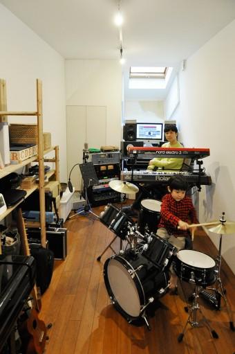 ドラムを習っているという晴都くん。演奏する様子を紘良さんが後ろでやさしく見守る。