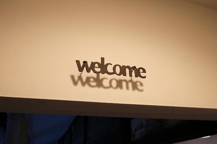 玄関を入ったところにとりつけられたサイン。友人知人が多く集うという小林さん宅にぴったり。