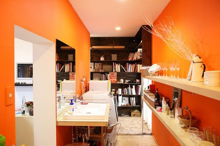 リビングダイニングと平行するように、キッチン、洗面、シャワーブースといった水まわりが一直線に配されている。「トイレとシャワーブース、エアコンは近所のリフォーム業者さんに取り付けてもらいました」。