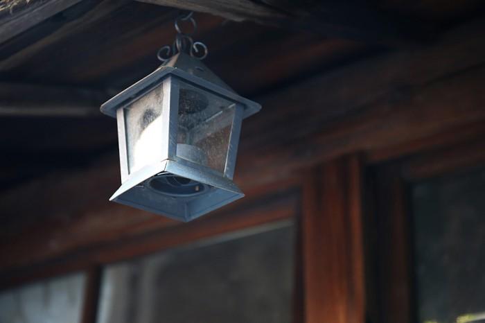 軒に吊るされたランプは、古道具屋で購入したもの。