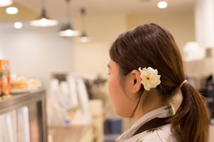 「アロハ〜」という明るい挨拶で迎えてくれた女性スタッフ。髪飾りがキュート!