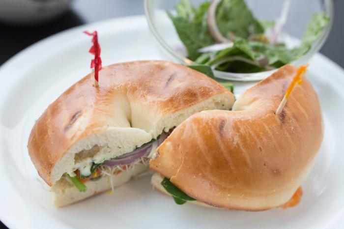 特製クリームチーズとサーモンと、たっぷり野菜のごちそうベーグルサンド。LOX of Bagel Sandwich ロックスベーグルサンドウィッチ(サラダ付き・¥1250)