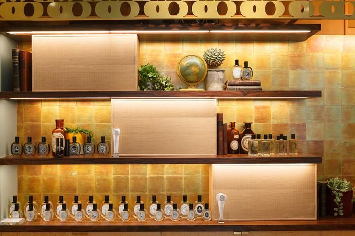 """""""畳""""がアクセントになったディスプレイ棚に、クラシカルかつモダンなボトルが全種類並ぶ。"""