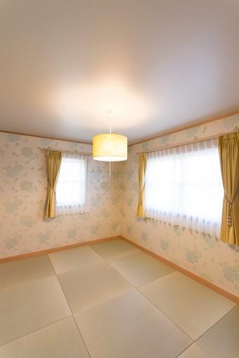 博美さんのお母さんの部屋。和に傾きすぎないよう、壁紙やカーテンはローラ・アシュレイを採用した。