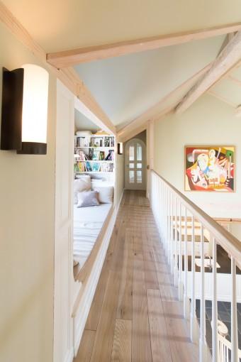 主寝室へと続く2階の廊下。手すりの1本1本の細工も細かい。