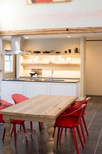 古材を使った木の梁が、温かい雰囲気。テーブルはコナラハウスにオーダー。古材の天板に、挽き物職人によって作られたデコラティブな脚を組み合わせたもの。