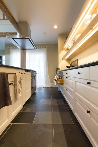 すっきりと片付けられたキッチン。棚は中に入れるもののサイズを測って作ってもらった。