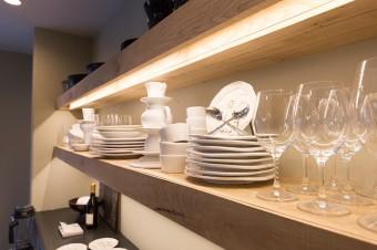 日常使いの食器がディスプレイされた、キッチンの棚。