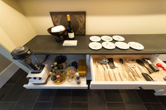 引き出しの中もいつもこの通り、整然と。スライド棚は調理家具を引き出してそのまま使えるように、コンセントを配置。