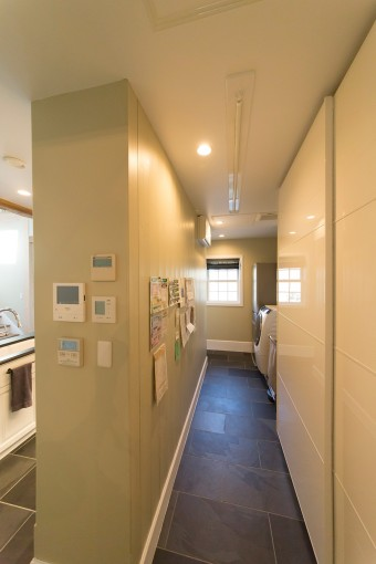 キッチン裏にはパントリー、冷蔵庫、洗濯機を設置。「リビングからなるべく見えないようにしました。どちらからも廻れて導線がよく、デザインと機能性が両立しています」