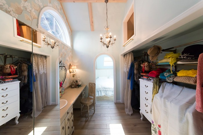ドレッサールームの向こうにベッドルームが。ローラ・アシュレイの壁紙や、サラグレースのシャンデリアが華やか。