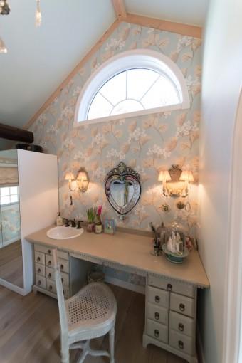 ハート型のミラーを中心に、シャビーシックな雰囲気のドレッサールームに。