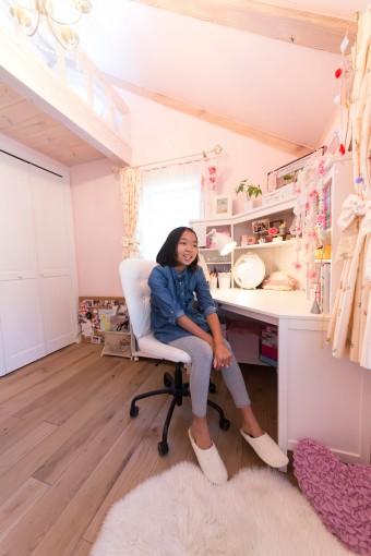 ありあさんの部屋は、ピンクで統一された女の子らしい内装。ロフト部分はベッドスペースとして使用している。