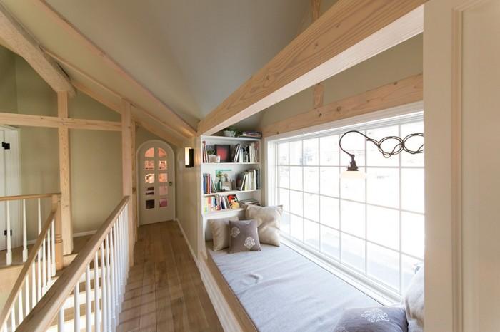 家族の共有スペースであるウインドウシート。窓の外には、鎌倉の緑あふれるのどかな風景が広がる。