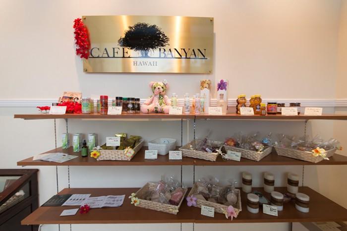 """カフェの横には、""""ハワイ通""""であるオーナーが現地で見つけてきたお気に入りを販売するセレクトショップが開かれている。ハワイアンジュエリーから、オーガニックソープ、ハワイナッツとアルガンオイルをミックスしたヘアオイル、フレグランスなど、現地でしか手に入らないものも取り揃える。"""