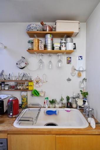 リビング奥にあるキッチン。コンパクトなスペースに料理好きのめぐみさんこだわりの香辛料などが上手に収められている。