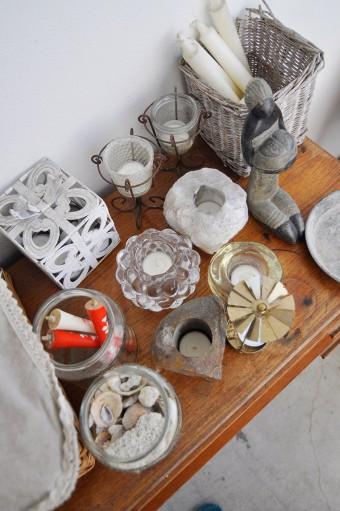 2階の屋外部分に置かれたチェストの上には、ロウソクとイギリスなど海外で購入したキャンドルホルダーがズラリ。貝殻はアイルランドの海で拾ったもの。