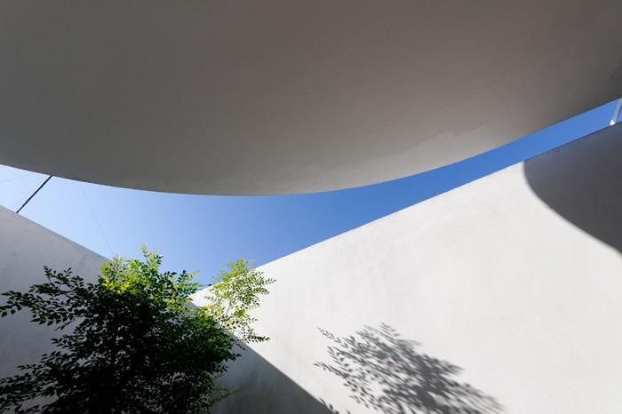 壁と屋根で空をさまざまにフレーミングして、移動するごとに異なる風景を提供する。