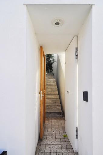 ドアを開けて正面に見える階段は途中からカーブを描きその先端が見えない。
