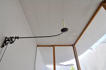 リビングの照明は通常はこのロウソクのみ。本を読むときなどはこの部分に裸電球を吊るして灯す。