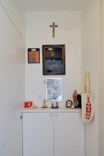 1階入りすぐのスペース。収納箱の上には聖ルカを描いた絵などが飾られている。