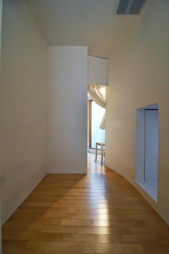 1階の寝室から浴室方向を見る。