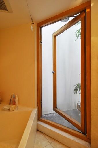 1階奥にある浴室は中庭に面し大きな開口を開けることができる。