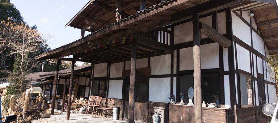 創作と暮らしの場を自分の手で  母屋は明治初期の庄屋を移築、 工房はセルフビルドで建築