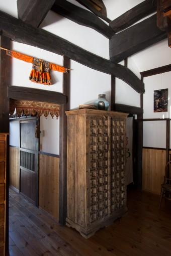 矢津田宅には不思議とインドネシア、ネパールなどのアジアの国々の家具がしっくりと馴染む。この棚はインド製のものだそう。