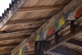 チベットに旅した時に買ってきた旗が、工房の軒下に飾られている。