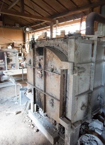 泥で窯を密閉して追加で薪を投入すると、火が粘土の中の酸素まで使って燃えようとし、特別な釉薬が銀色に光り始めるのだそう。
