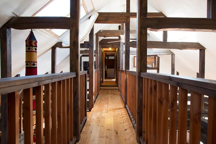 吹き抜けを挟んで手前と奥に部屋がある。その部屋と部屋を結ぶ渡り廊下。