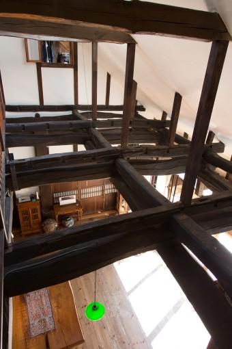 梁は上下に2本づつ渡してあるのがわかる。斜めの天井部分は、義則さんが自分で珪藻土を塗った。