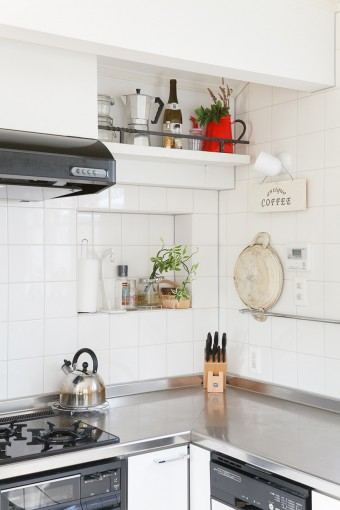 ていねいに磨き込まれたキッチン。タイル壁には憧れのニッチを作ってもらった。