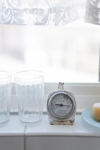窓辺に置かれたアンティークの温度計は、「ゴーグリーンマーケット」で手に入れたもの。